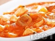Яхния от пилешко месо с доматен сос, картофи, лук и мариновани консервирани гъби